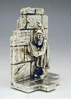 אדם מתפלל ליד הכותך מיניאטורה מכסף טהור